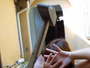 Forlì: prende a martellate la moglie nel sonno davanti al figlio di 12 anni. Grave la donna
