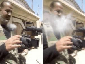 Il momento in cui il proiettile colpisce la GoPro, ferendo il giornalista