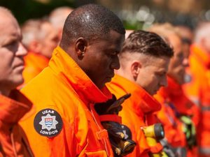 Incendio Londra, il commovente applauso ai vigili del fuoco che lasciano Grenfell Tower