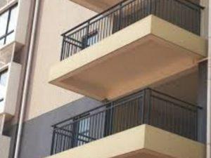 Bimbo di 3 anni sfugge al controllo e cade dal balcone, vicino lo prende al volo e lo salva