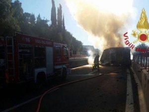 Tir in fiamme sull'A1: 8 chilometri di coda provocata dai curiosi tra Firenze e Incisa