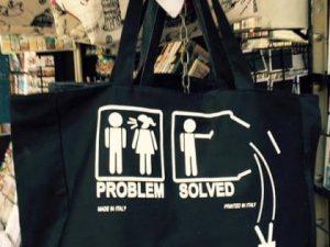 """""""Problemi con una donna? Buttala dalla finestra"""". A Firenze souvenir incita al femminicidio"""