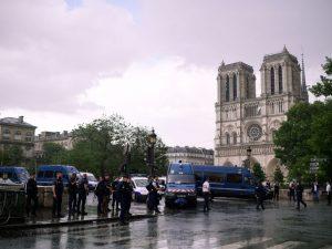 """Parigi, aggredisce poliziotto a martellate a Notre Dame, agenti lo feriscono: """"Per la Siria"""""""