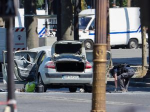 """Parigi, automobilista contro auto della polizia con bombole di gas: """"Atto terroristico"""""""