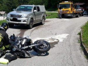 Finisce con la moto contro il pick-up: gamba tranciata, motociclista gravissimo