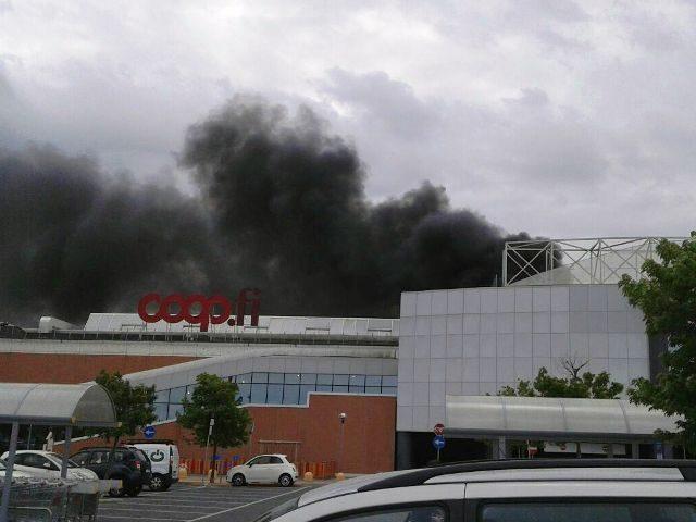 Incendio al tetto del Centro dei Borghi: ripresa delle attività nel pomeriggio