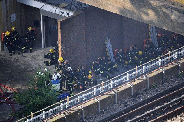 """Incendio Londra, pompieri esausti. Decine di dispersi: """"Difficile ci siano superstiti"""""""