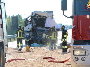Incidente tra tir in A4: un morto, autostrada chiusa e code fino a 10 km