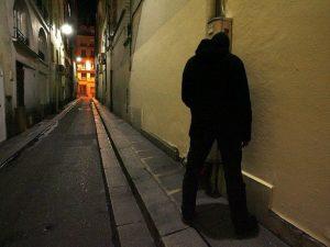 Choc a Foggia, fanno pipì sotto casa sua: 60enne accoltella due ragazzi