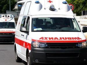 Ancona, accusa un malore e chiama il 118 ma la porta di casa