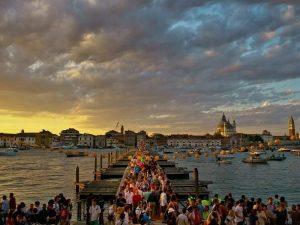 Venezia, fino a 500 euro di multa per chi riposa sulle panch