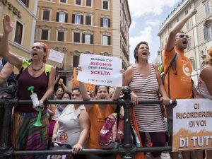 Vaccini tre deputati del pd aggrediti da manifestanti for Deputati del pd