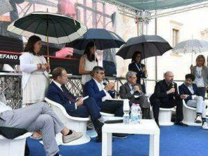 Le donne in politica? Per il governo sono buone solo a reggere gli ombrelli