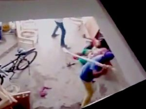 India, picchiata dal cognato perché ha dato alla luce una bambina. Il video choc