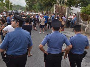 Messina, sindaco e cittadini sbarrano la strada per impedire l'arrivo di 50 migranti
