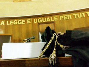 Bolzano: durante il processo si alza e tenta un esorcismo sul giudice, donna fermata