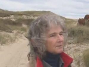 Zoe, che da 40 anni vive sola su una piccola isola (avvolta dalla nebbia 127 giorni su 365)