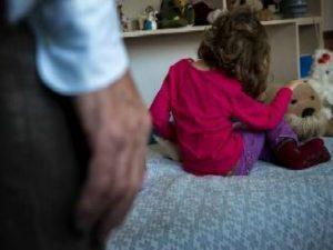 Lecce, violenta la figlia per 20 anni: la ragazza resta inci