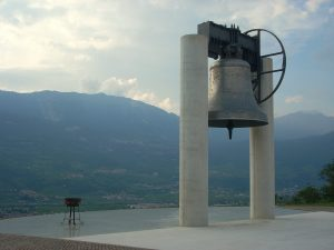 La campana del campanile prende il nome dalla Campania