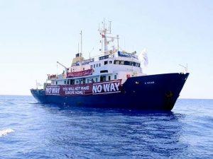 """La nave anti-migranti in avaria soccorsa da una Ong tedesca: """"Hanno rifiutato il nostro aiuto"""""""