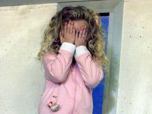 Pakistan, 15enne violenta una bambina di 3 anni dopo averla adescata con dei dolci