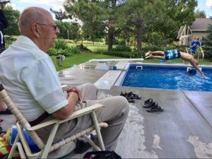 A 94 anni si ritrova solo, per combattere la solitudine regala una piscina ai bimbi del quartiere