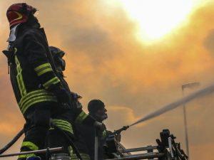 Reggio Emilia, maxi incendio nell'azienda che realizza luci