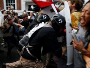 """Usa, auto sulla folla alla manifestazione delle destre razziste. Un morto: """"Dichiarato lo stato d'emergenza"""""""