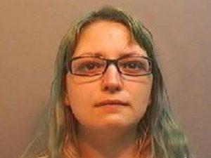 Fa sesso con il fidanzato mentre tiene in braccio una bimba di 3 anni: condannata