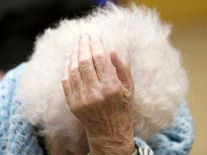 Prende a pugni la nonna invalida perché non gli dà i soldi della pensione: arrestato 20enne