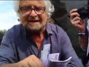 """Beppe Grillo distribuisce soldi finti ai giornalisti: """"Adesso fate quello che dico io"""""""