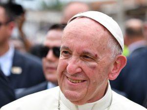 """Colombia, Papa Francesco sbatte il viso sulla papamobile: """"Sta bene"""""""
