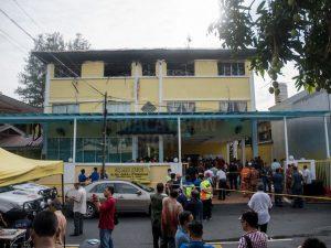 Malesia, 24 morti in un incendio in una scuola: i corpi accatastati uno sull'altro