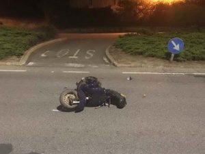 Tornava a casa dopo aver finito di lavorare: pizzaiolo di 22 anni cade dalla Vespa e muore