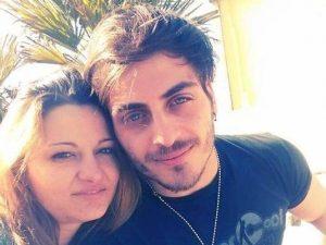 Muore d'infarto a 26 anni: prima però salva fidanzata e madre