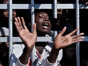 Giovani migranti sub–sahariani in un centro di detenzione in Libia (Unicef)