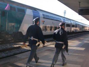 Firenze: vede 20 euro e si lancia sui binari, 22enne rischia di essere investito dal treno