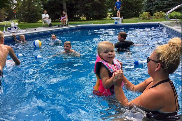 """A 94 anni fa costruire una piscina per i bimbi del quartiere: """"Troppo silenzio dopo la morte di mia moglie"""""""