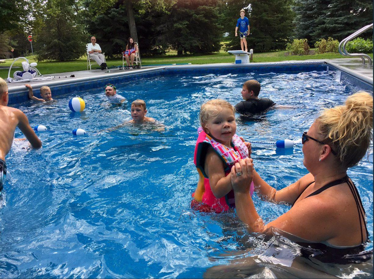 A 94 anni fa costruire una piscina per i bimbi del for Costo per costruire una piscina olimpionica