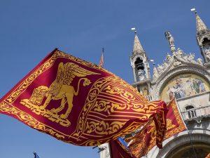 """Obbligo di esporre bandiera veneta, Governo impugna la legge. Zaia: """"Decisione assurda"""""""