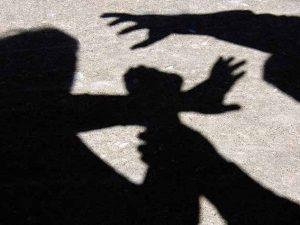 Teramo, aggressione shock in strada: accoltella compagna e s