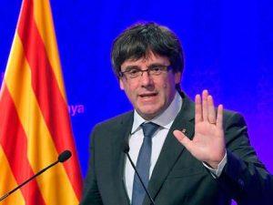 """Puigdemont dichiara l'indipendenza e la sospende: """"Abbiamo diritto a diventare Repubblica"""""""