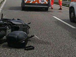 Finisce con lo scooter sotto un'auto a Catania: Roberto muore a 17 anni, ferito l'amico