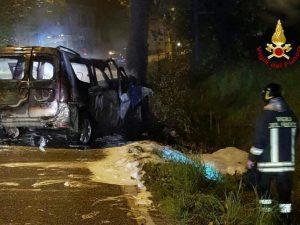 Veneto, auto Gpl contro un albero: vigilante salva passeggeri bloccati tra le fiamme