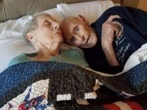 Sposati da 71 anni muoiono lo stesso giorno mano nella mano