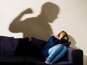 Picchia la compagna incinta e accoltella la suocera: le tene