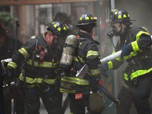 Incendio New York, il bilancio è di cinque feriti, i pompieri sono ancora al lavoro