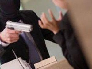 Rapinatore maldestro scambia agenzia per una banca: entra, chiede scusa e se ne va
