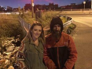 Senzatetto aiutò una donna coi suoi ultimi dollari: ora grazie a lei ha potuto comprare casa
