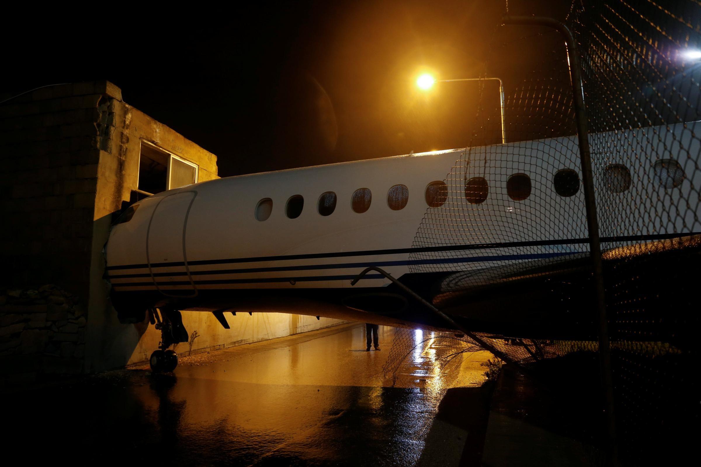 Aereo Privato Falcon : Malta il forte vento sposta un aereo e lo fa schiantare